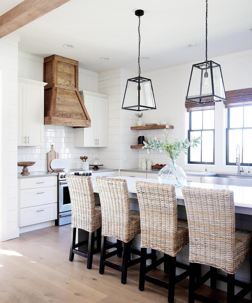 Esempio di una cucina country con lavello stile country, ante in stile shaker, ante bianche, paraspruzzi bianco, elettrodomestici in acciaio inossidabile, parquet chiaro, pavimento beige e top bianco