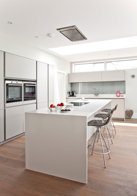 Large family space handleless kitchen contemporary for Large family kitchen