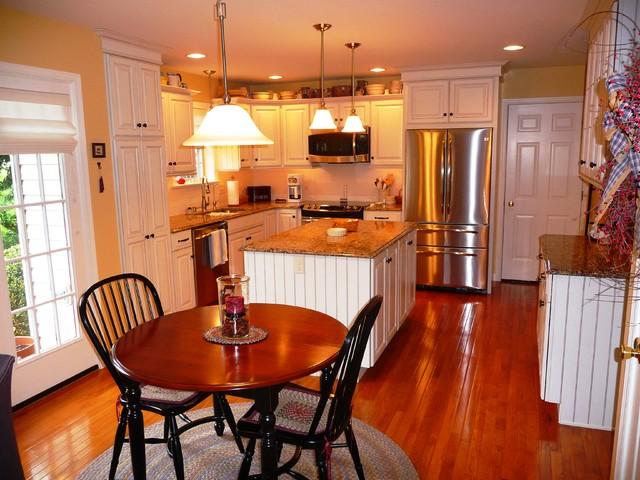 Large Island traditional-kitchen