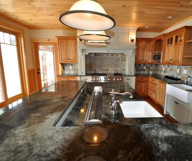 Large multi level island farmhouse kitchen boston for Design couchtisch multilevel l