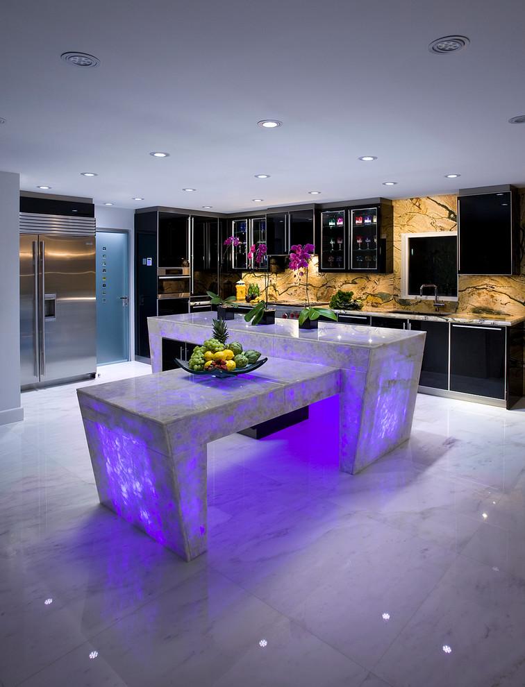 Große Moderne Küche in L-Form mit lila Arbeitsplatte, Unterbauwaschbecken, flächenbündigen Schrankfronten, schwarzen Schränken, Quarzit-Arbeitsplatte, bunter Rückwand, Rückwand aus Stein, Küchengeräten aus Edelstahl, Marmorboden, Kücheninsel und weißem Boden in Miami