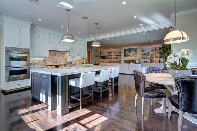 Esempio di una cucina tradizionale con ante in stile shaker, ante bianche, paraspruzzi bianco, elettrodomestici in acciaio inossidabile e parquet scuro