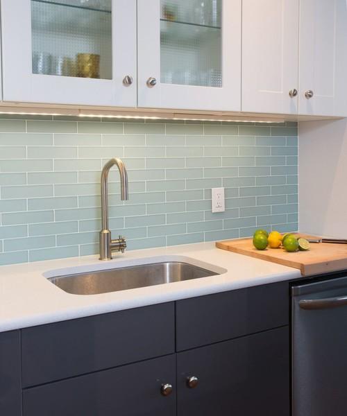 cocina moderna con pared azul