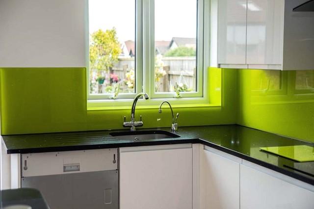 Lime on black glass kitchen splashback brilliant for Lime black kitchens