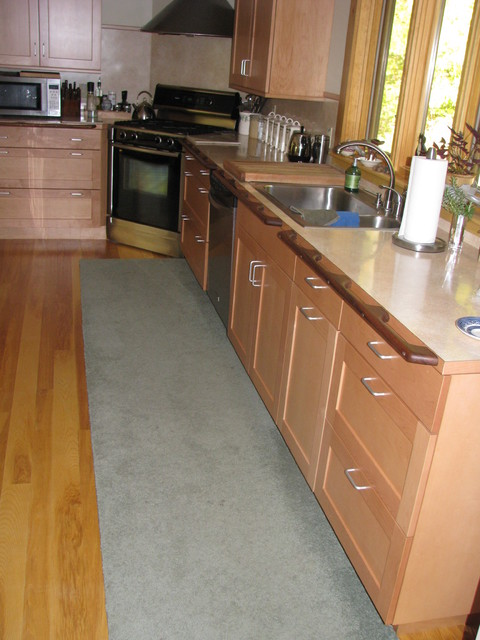 Low countertops and cabinets for easy wheelchair use for Kitchen design for wheelchair user