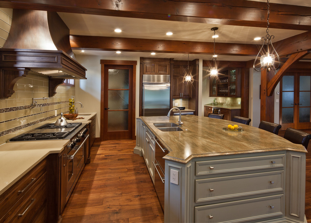 Example of a classic kitchen design in Vancouver
