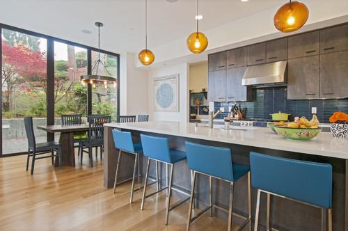 cocina contemporanea con pared y muebles azules