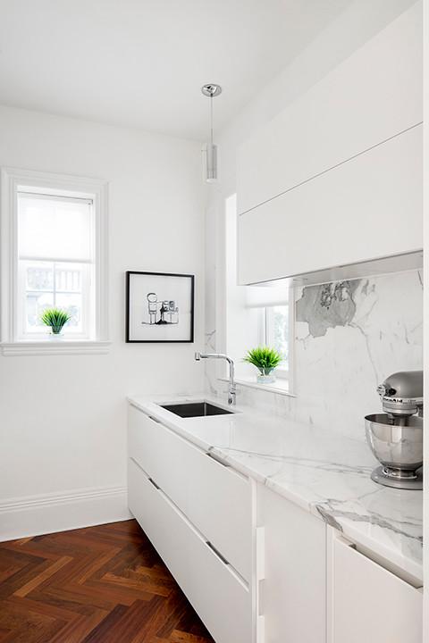 Diseño de cocina contemporánea, grande, con encimera de mármol, salpicadero blanco, salpicadero de mármol, electrodomésticos de acero inoxidable y una isla