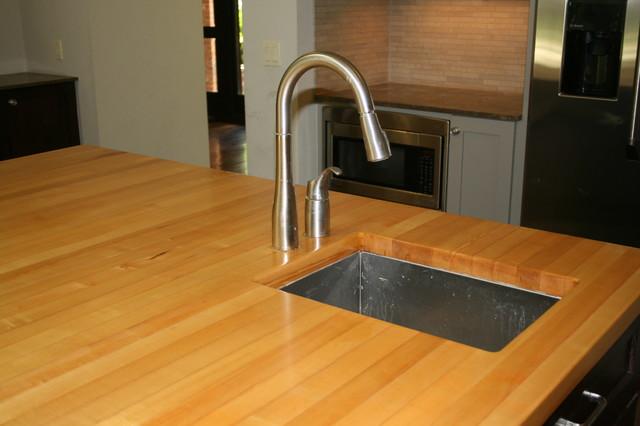 Maple center island w undermount sink traditional kitchen
