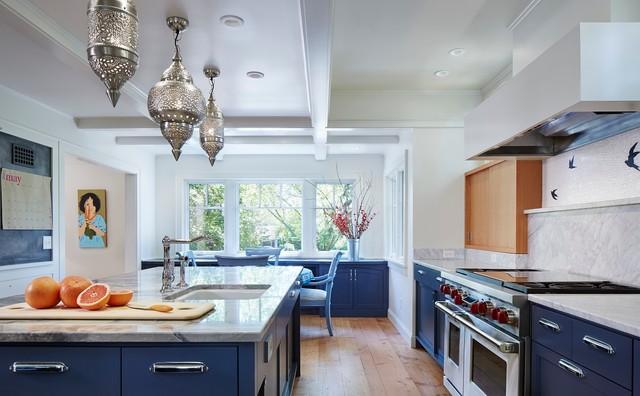 Пример оригинального дизайна интерьера: большая п-образная кухня в стиле фьюжн с кладовкой, врезной раковиной, плоскими фасадами, синими фасадами, мраморной столешницей, белым фартуком, фартуком из каменной плиты, техникой из нержавеющей стали, светлым паркетным полом и островом