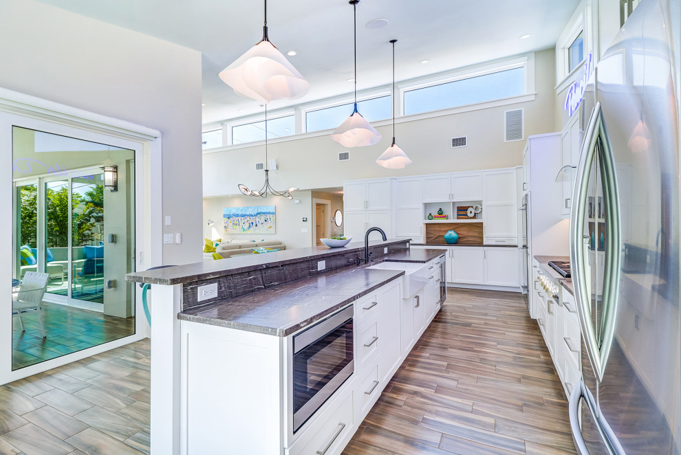 Inspiration for a mid-century modern kitchen remodel in Tampa