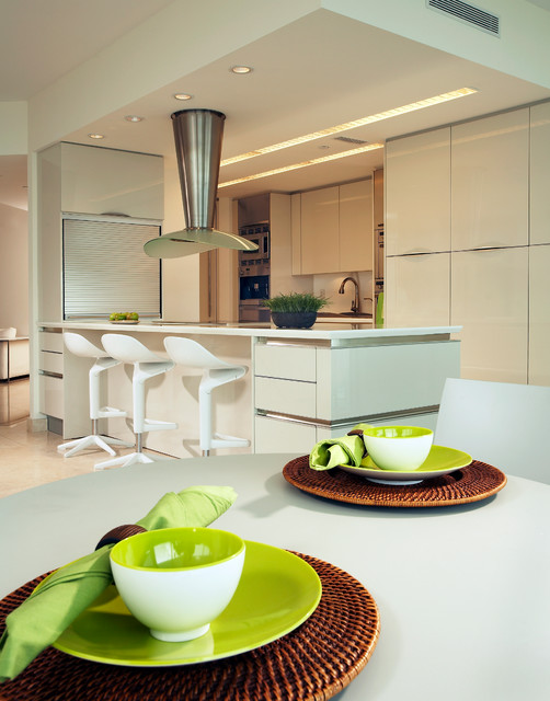 Room Designer Kitchen: Minimalist Condo Great Room, Open-kitchen Layout Rem