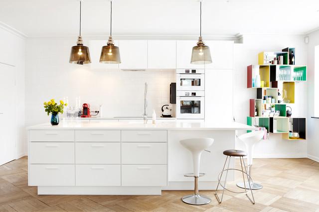 Удачное сочетание для дизайна помещения: большая параллельная кухня - столовая в современном стиле с плоскими фасадами, белыми фасадами, белым фартуком, белой техникой, светлым паркетным полом, островом, накладной раковиной, столешницей из переработанного стекла и фартуком из керамогранитной плитки - самое интересное для вас