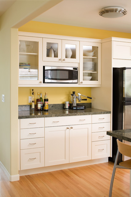 Modern arts & crafts kitchen with painted shaker style cabinets