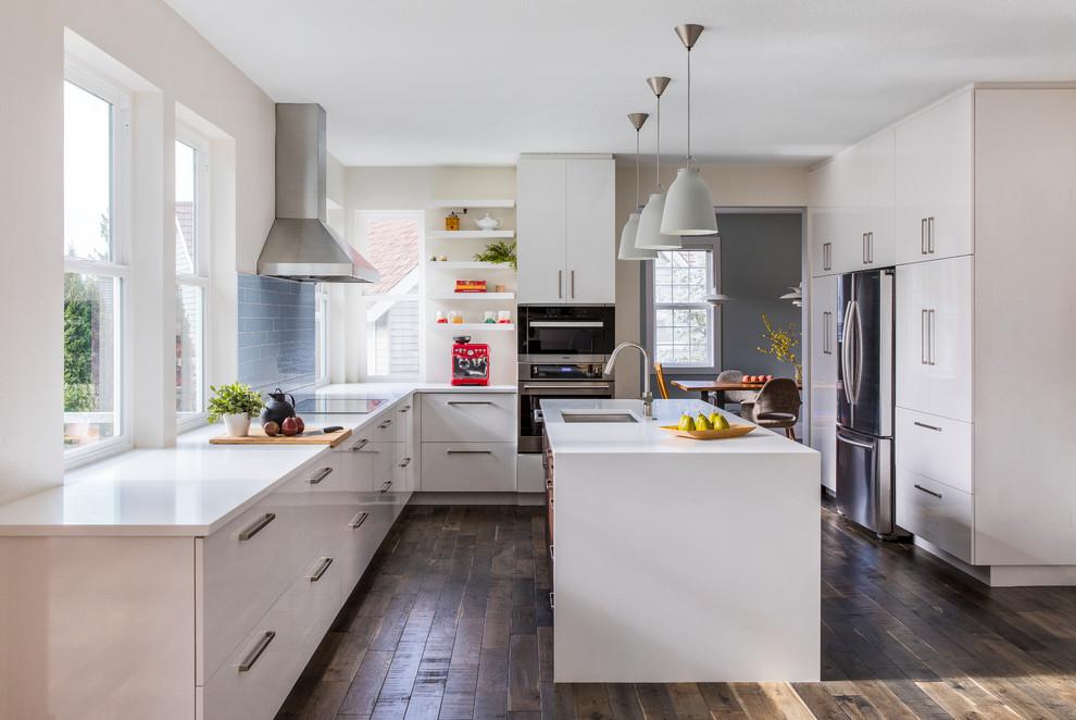 Ispirazione per una cucina contemporanea di medie dimensioni con lavello sottopiano, ante lisce, ante bianche, paraspruzzi blu, elettrodomestici in acciaio inossidabile, parquet scuro, pavimento marrone, top bianco, top in quarzite e paraspruzzi con piastrelle di vetro