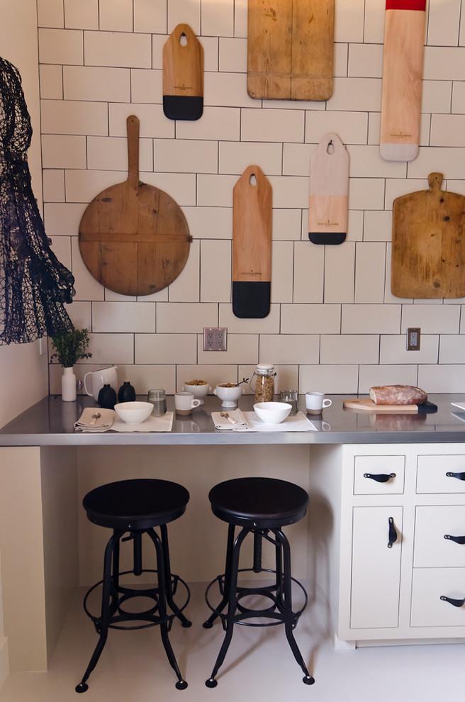 Imagen de cocina ecléctica con armarios con paneles lisos y puertas de armario blancas