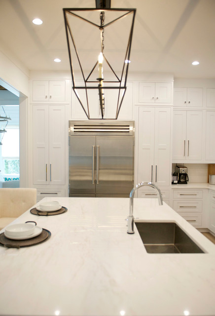 Example of a mid-sized minimalist u-shaped light wood floor open concept kitchen design in Atlanta with an undermount sink, shaker cabinets, white cabinets, marble countertops, white backsplash, subway tile backsplash, stainless steel appliances and an island