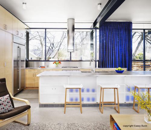 синие шторы матовое стекло хром в интерьере хай тек
