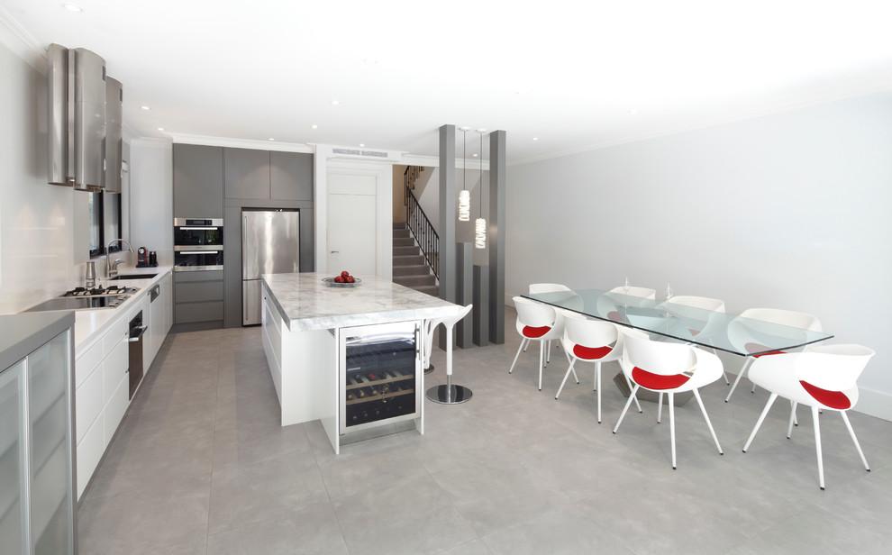 Создайте стильный интерьер: линейная кухня - столовая среднего размера в современном стиле с врезной раковиной, плоскими фасадами, белыми фасадами, столешницей из гранита, белым фартуком, фартуком из стекла, техникой из нержавеющей стали и островом - последний тренд