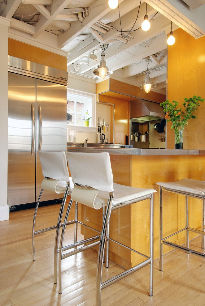 Transitional kitchen photo in Toronto with stainless steel appliances