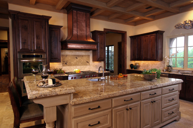 Natural tuscan inspired kitchen with island for Mediterranean style kitchen photos
