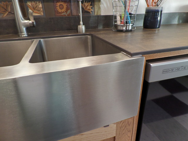 Neolith Iron Moss Countertop With Undermount Farmhouse