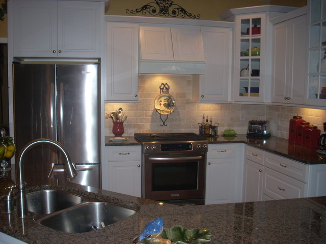 North Bay White By Kraftmaid Cabinetry Traditional Kitchen Atlanta By David L Scott