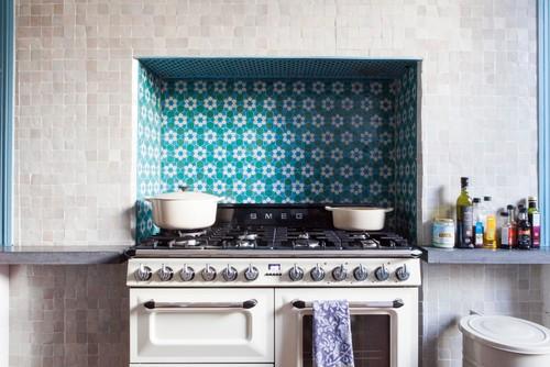 Cuisine avec carreaux d'argiles bleu pour une décoration orientale