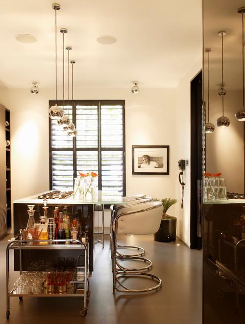 белая современная кухня с хромированными элементами черными рамами окон