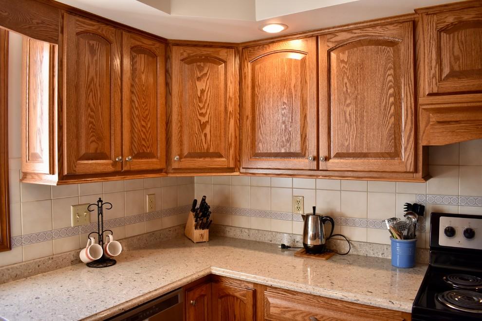 Oak & Quartz Kitchen - Traditional - Kitchen - Chicago ...