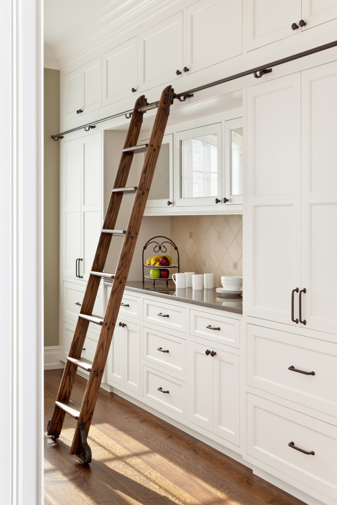 Example of a classic kitchen design in Richmond