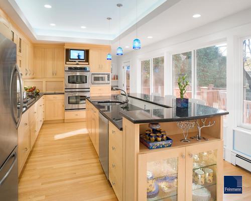 cocina grande y moderna con muebles de madera y electrodomésticos metalicos