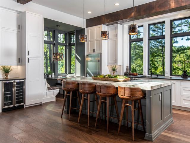Idéer för ett stort rustikt kök, med skåp i shakerstil, vita skåp, fönster som stänkskydd, rostfria vitvaror, mörkt trägolv, en köksö, brunt golv, en undermonterad diskho, granitbänkskiva och vitt stänkskydd