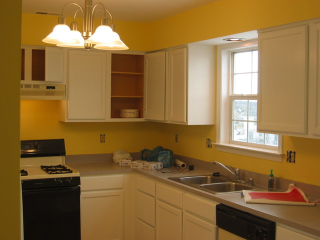 Painted white kitchen cabinets cucina baltimore di for Baltimore kitchen cabinets