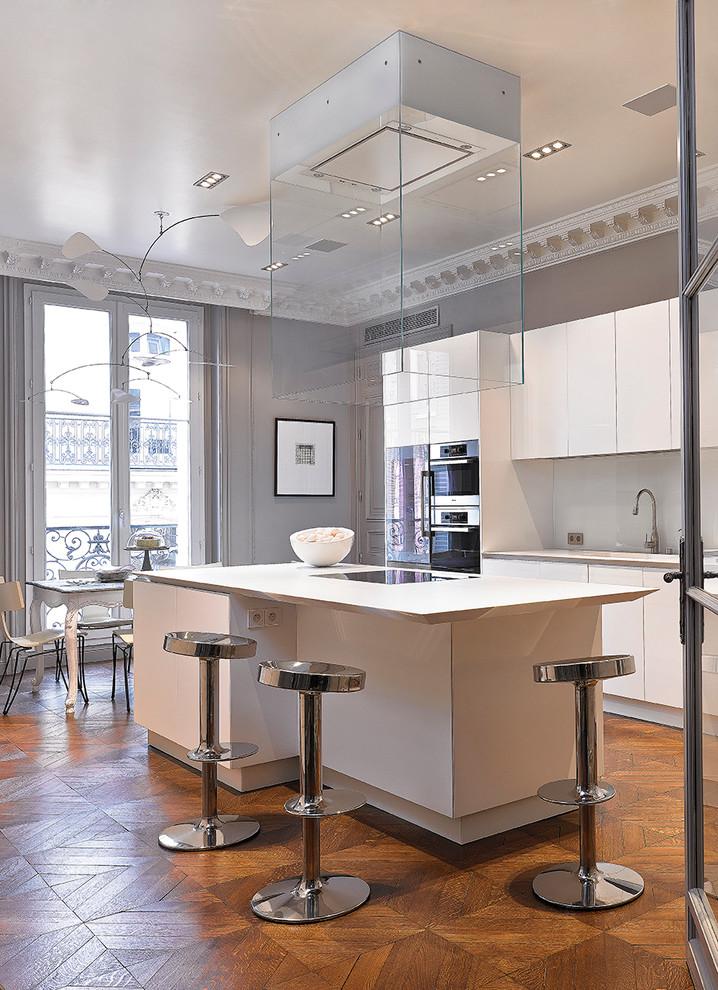 Ispirazione per una grande cucina contemporanea con isola, ante bianche e paraspruzzi bianco