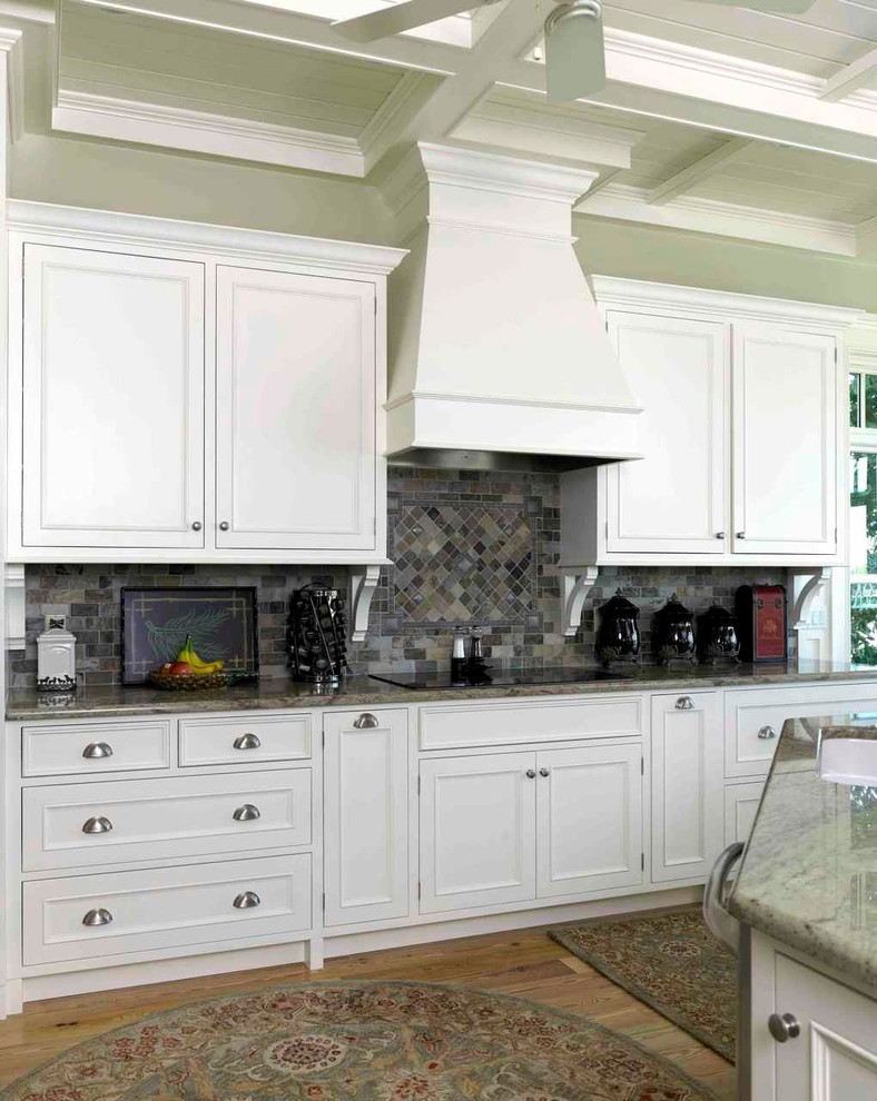 Kitchen - traditional kitchen idea in Tampa