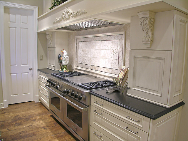 Perfectly and Simply Traditional traditional-kitchen