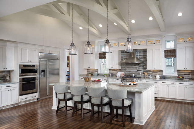 Merveilleux Kitchen   Traditional L Shaped Medium Tone Wood Floor Kitchen Idea In Tampa  With Shaker