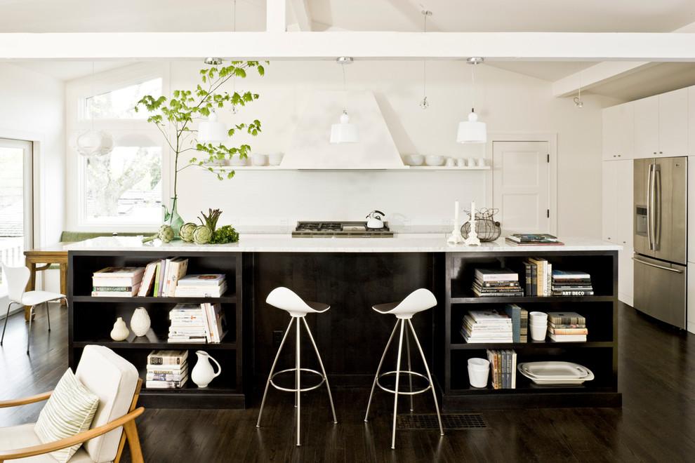 Diseño de cocina de galera, retro, abierta, con electrodomésticos de acero inoxidable