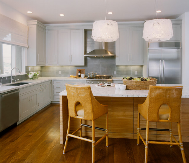 Example of a trendy l-shaped eat-in kitchen design in San Francisco with stainless steel appliances, shaker cabinets, gray cabinets, gray backsplash, an undermount sink, granite countertops and metal backsplash
