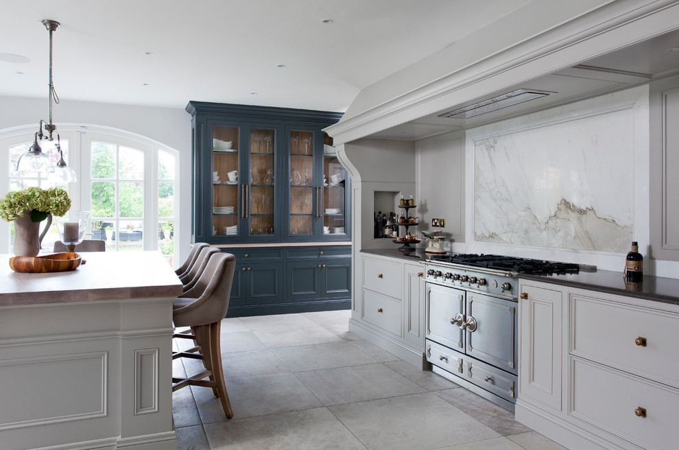 Example of a classic kitchen design in Dublin