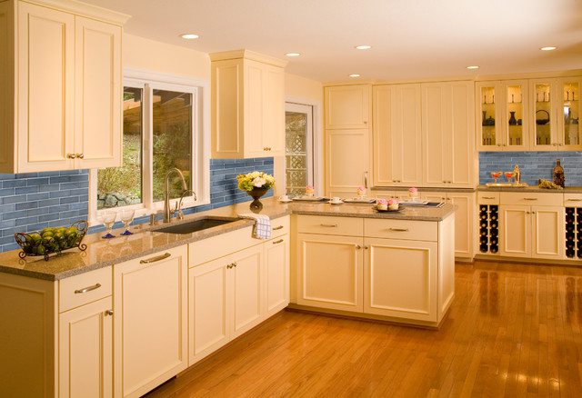Example of a classic kitchen design in Seattle