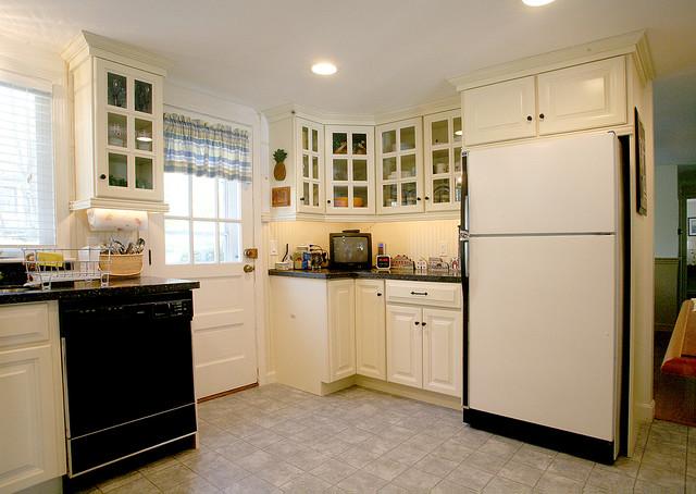 Quaint cape cod kitchen for Quaint kitchen designs