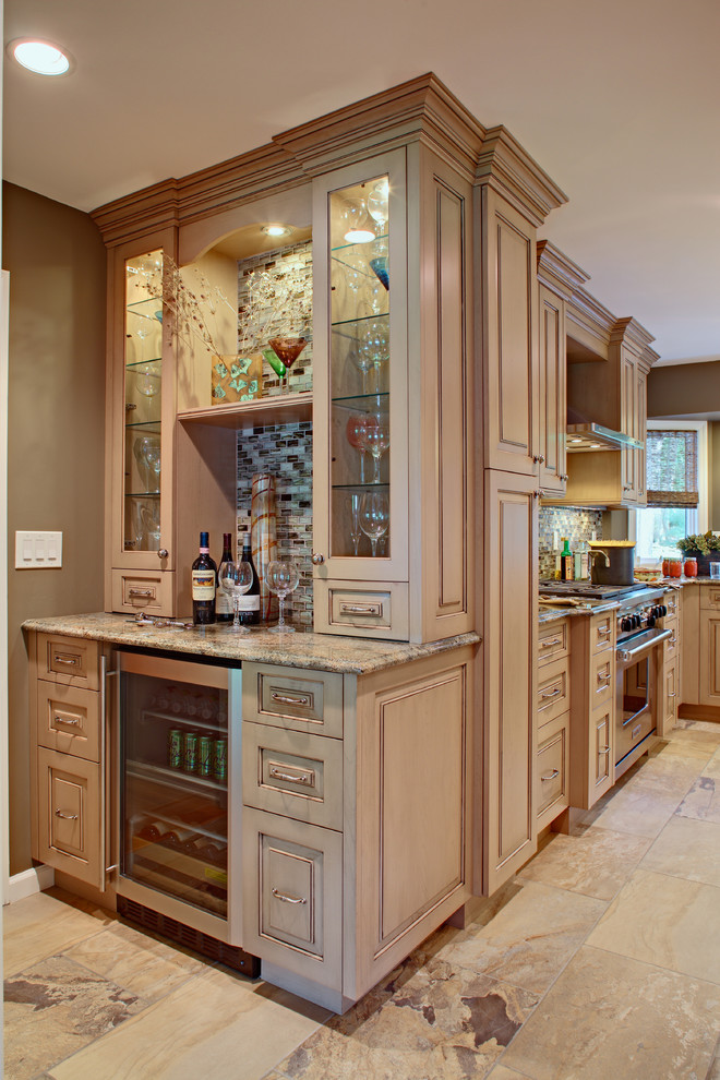 Kitchen - traditional kitchen idea in New York