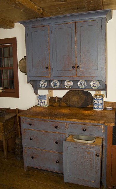 Reproduction Peoria, IL. Saltbox House traditional-kitchen