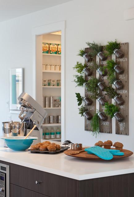 Новые идеи обустройства дома: кухня в современном стиле с плоскими фасадами и белыми фасадами