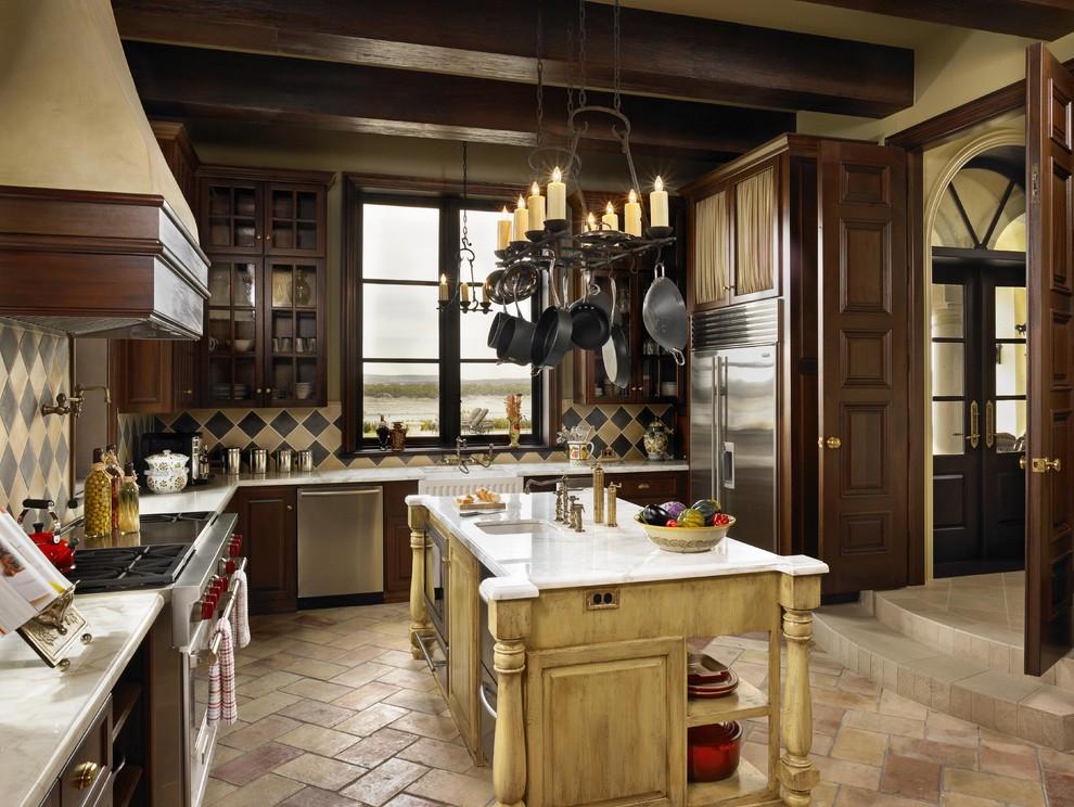 Immagine di una cucina rustica con ante in legno bruno, paraspruzzi multicolore e elettrodomestici in acciaio inossidabile