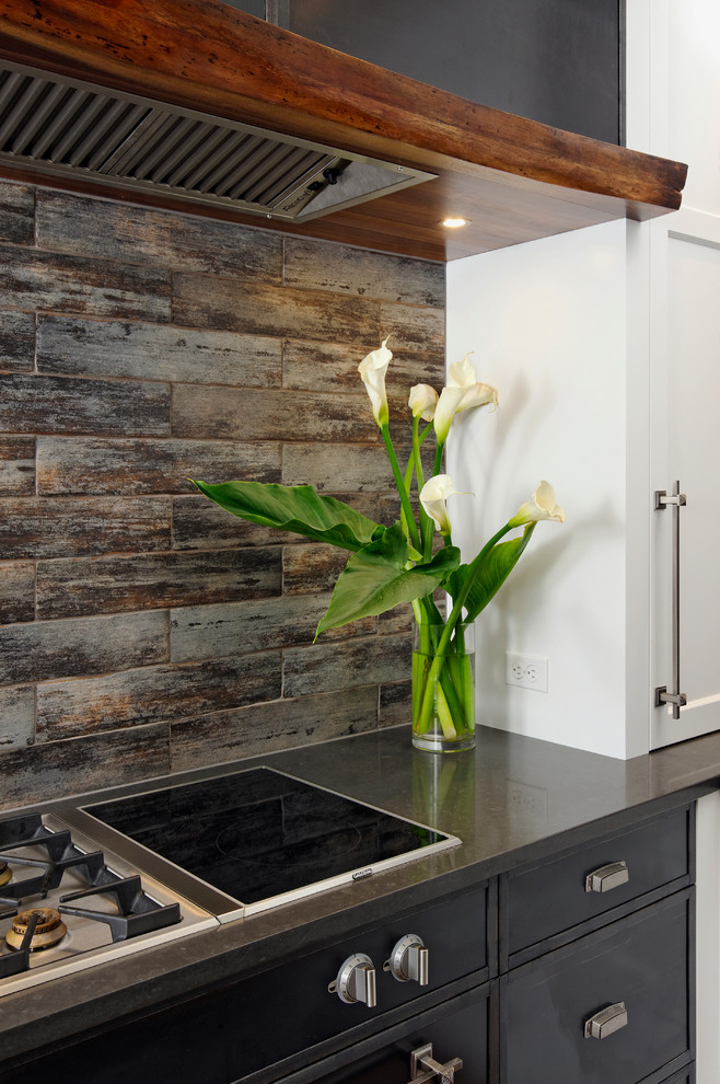 Mountain style u-shaped medium tone wood floor eat-in kitchen photo in DC Metro with an undermount sink, shaker cabinets, white cabinets, quartz countertops, multicolored backsplash, stone tile backsplash, stainless steel appliances and an island