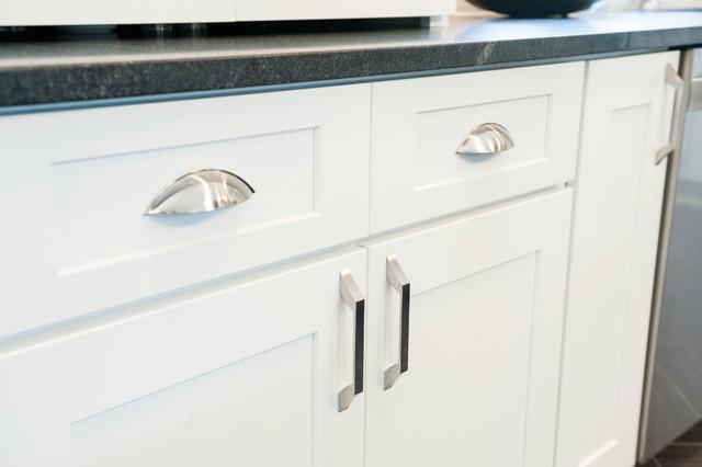 Etonnant Satin Nickel Cabinet Pulls On White Shaker Cabinets