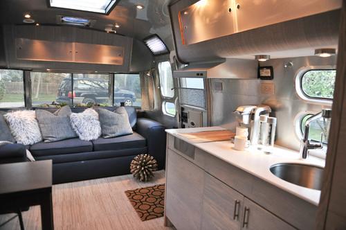 こちらは少し広めのトレーラーハウス。使い勝手の良さそうなキッチンやダイニングテーブルなどくつろげるスペースになっていますね。
